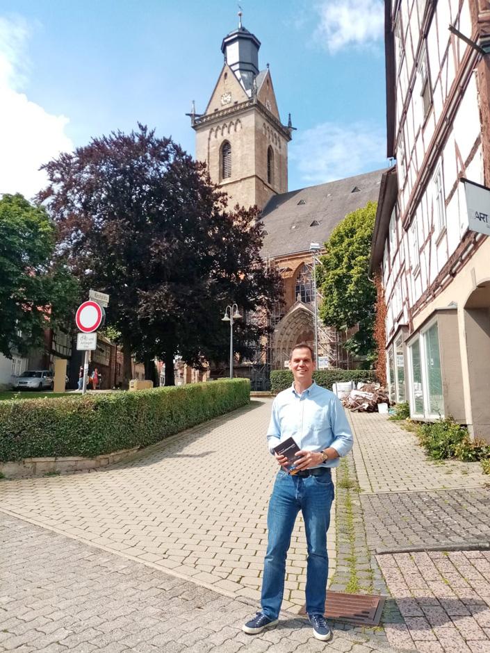 Der Autor Peter Langer vor der Kilianskirche in Korbach.
