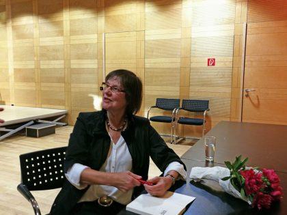 Nach der Lesung signiert Cornelia Ertmer gerne ihre Bücher (05/2019).