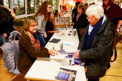 Nach der Lesung im Nepomucenum: Signierstunde mit Cornelia Ertmer (11/2018)