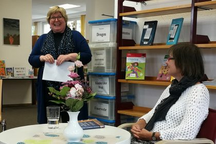 Lesung in der Stadtteilbibliothek Aplerbeck. Frau Stenert, Leiterin der Bibliothek, begrüßt die Autorin und das Publikum (05/2019).