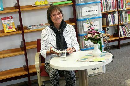 Cornelia Ertmer freut sich auf ihre Lesung und den anschließenden Austausch mit dem Publikum (05/2019).