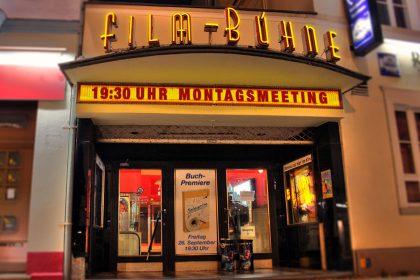 """Der Eingang des Kinos Postkutsche kurz vor der Premierenlesung von """"Montagsmeeting"""" 2014."""