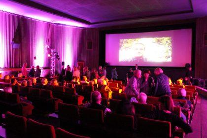 Langam füllt sich der Kinosaal mit Besuchern.