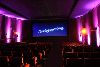 Noch ist der wunderschön illuminierte Kinosaal leer.