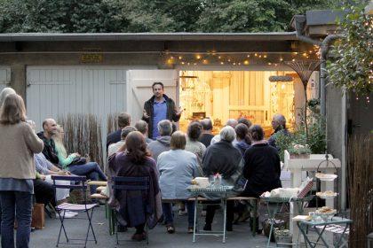 Im Kreuzviertel in Dortmund an einem lauen Abend 2016: Lesung im Hof.