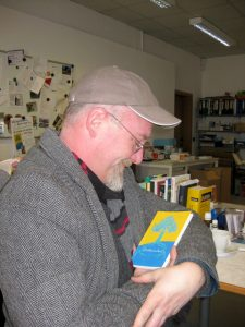 """Druckfrisch: Markus freut sich über sein neues Buch """"Zeitlauscher"""", 2016."""