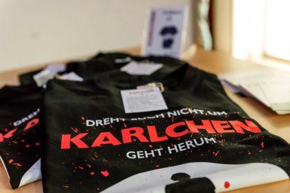 """Dreht euch nicht um, Karlchen geht herum – """"Karlchen-T-Shirts""""."""