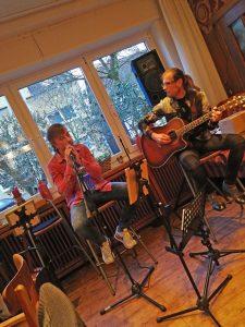 """Musikalische Einlage bei der Buchpremiere mit """"Totkehlchen – Modrichs dritter Fall"""" im Vivo in Holzwickede (März 2019)."""