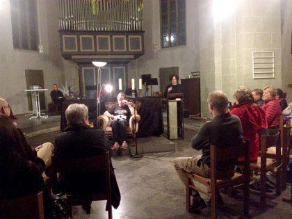 """""""Karlchen"""" ist zu Gast an einem ungewöhnlichen Lesungsort, gerade für Krimis, die evangelische Kirche in Hemmerde (11/2016)."""