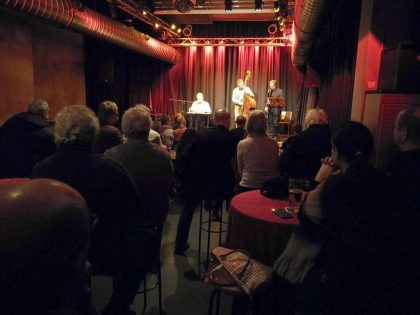 Die Lesung beginnt mit einem musikalischen Intro von Siggi Meier (Saxophon) und Johannes Brackmann (Bass) (1/2019)