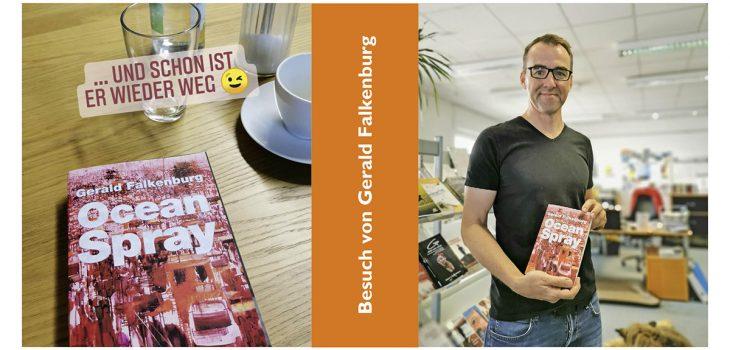 Der Autor Gerad Falkenburg hält zufrieden den Dummy seines neuen Buches in der Hand.