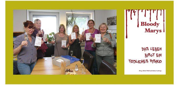Die Autorinnen Sabine Deitmer, Christina Füssmann, Heike Wulf, Sabine Ludwigs, Anne-Kathrin Koppetsch und Eva Encke (v.l.n.r) feiern mit einem Glas Sekt in der Hand die Buchübergabe ihres gemeinsamen Werkes im Verlag.